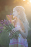 美丽的女孩草甸 免版税库存照片