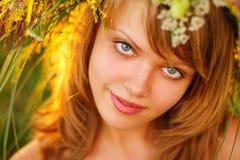 美丽的女孩草纵向日落年轻人 库存图片