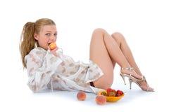 美丽的女孩草莓 免版税图库摄影