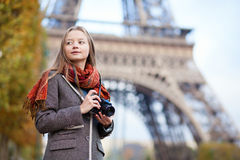 美丽的女孩藏品照片照相机 图库摄影