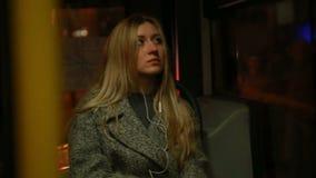 年轻美丽的女孩谈话在手机和 股票录像