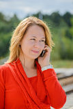年轻美丽的女孩谈话在手机 免版税库存图片