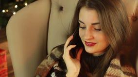 年轻美丽的女孩谈话在电话和微笑 影视素材