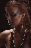 年轻美丽的女孩赤裸与珊瑚项链 库存照片