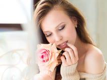 美丽的女孩起来了 愉快的深色的女孩照片  青年时期和护肤概念 库存照片