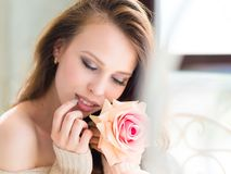 美丽的女孩起来了 愉快的深色的女孩照片  青年时期和护肤概念 免版税库存图片