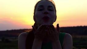美丽的女孩送亲吻和日落在慢动作 股票视频