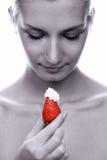 美丽的女孩递她水多的赤裸红色草莓&# 免版税库存照片