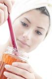 美丽的女孩递她的蜂蜜瓶子 免版税库存图片