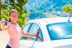美丽的女孩采取了一辆白色出租汽车 免版税图库摄影