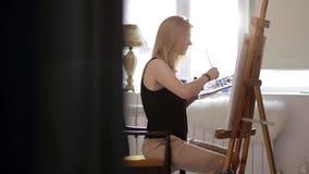 美丽的女孩集中油漆图片 股票视频