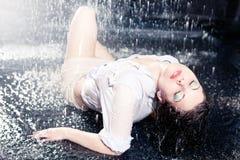 美丽的女孩雨 免版税库存图片