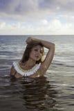 美丽的女孩露胸部在海洋 免版税图库摄影