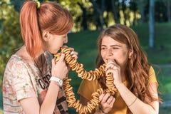 美丽的女孩食用从杯子,野餐的茶户外 库存图片