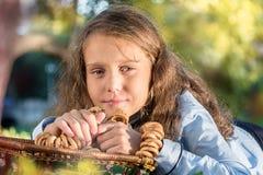 美丽的女孩食用从杯子,野餐的茶户外 免版税库存照片