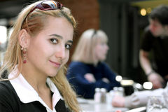 美丽的女孩餐馆 免版税图库摄影