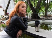 美丽的女孩饮用的茶或咖啡 免版税库存照片