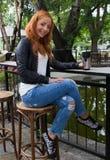 美丽的女孩饮用的茶或咖啡 免版税库存图片