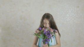 美丽的女孩高兴捐赠的花束和消散花 股票录像