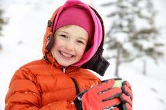 美丽的女孩,享受冬天,饮用的温暖的热水瓶茶 库存照片