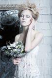 美丽的女孩,在雪的图象的白色礼服 免版税库存图片