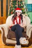 年轻美丽的女孩,妇女在有圣诞节的美好的屋子里 免版税库存图片