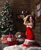 年轻美丽的女孩,妇女,模型,恋人夫人,下雪未婚 背景圣诞树,新年,圣诞节,假日 免版税图库摄影