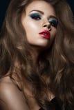 美丽的女孩以与卷毛、红色嘴唇和蓝色构成的好莱坞方式 秀丽表面和头发 库存照片