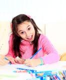 美丽的女孩画与蜡笔和标志 免版税图库摄影