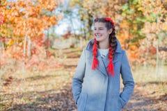 美丽的女孩-五颜六色的秋天画象 库存图片