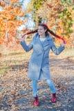 美丽的女孩-五颜六色的秋天画象 图库摄影