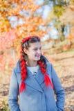 美丽的女孩-五颜六色的秋天画象 免版税图库摄影