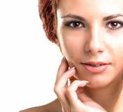 美丽的女孩年轻人 护肤Face.Fresh健康皮肤Face.Young女孩用新鲜的黄瓜 库存照片