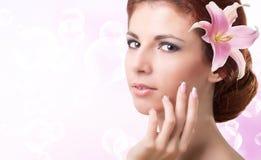 美丽的女孩年轻人 护肤Face.Fresh健康皮肤Face.Young女孩用新鲜的黄瓜 库存图片