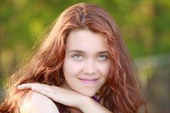 美丽的女孩头发红色青少年 免版税图库摄影