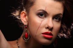 美丽的女孩以在面孔和肩膀的伤痕 库存图片