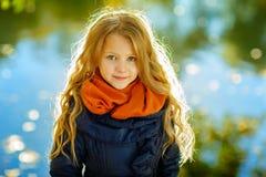美丽的女孩6岁白肤金发有a长的头发背景  免版税库存照片