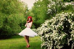 美丽的女孩(25岁)白色婚礼礼服的 免版税库存照片