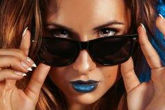 美丽的女孩水平的照片有brwon眼睛和sunglasse的 库存图片