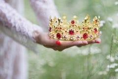美丽的女孩 幻想少妇在森林 免版税库存图片