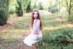 美丽的女孩 幻想少妇在森林 免版税库存照片