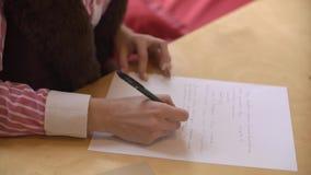 美丽的女孩给朋友在桌上,特写镜头写信 股票视频