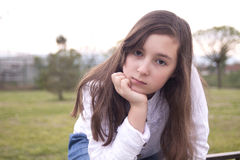 美丽的女孩画象在公园 库存图片