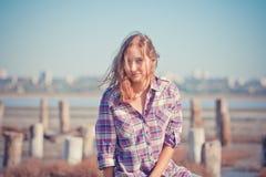 美丽的女孩画象在室外一个的夏天 免版税库存照片