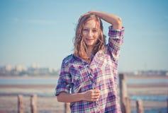 美丽的女孩画象在室外一个的夏天 库存照片