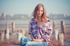 美丽的女孩画象在室外一个的夏天 免版税库存图片