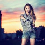 美丽的女孩画象在晚上城市 免版税库存图片