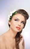 美丽的女孩画象在有白花安排的演播室在她的头发和赤裸肩膀 性感的少妇 免版税图库摄影