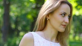 美丽的女孩画象在绿园等待某事 股票录像