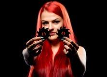 美丽的女孩画象有圆锯条的 Bretty赤裸妇女,长的红色头发,裸体,锯刀,黑暗的背景 免版税图库摄影